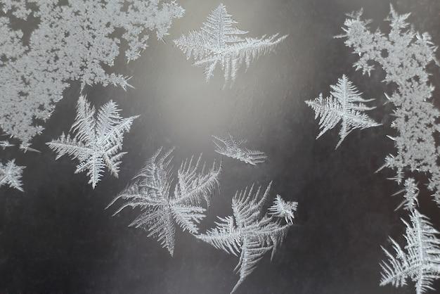 Der ungewöhnliche frost an einem winterfenster