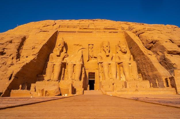 Der unglaubliche abu simbel tempel wurde auf dem berg in südägypten in nubien neben dem nassersee wieder aufgebaut. tempel des pharao ramses ii., reiselebensstil