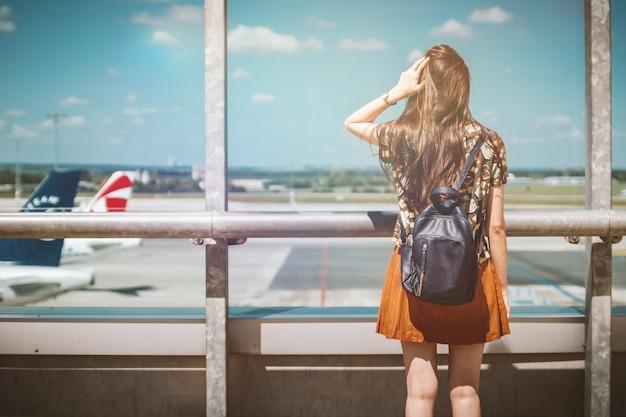 Der urlaub beginnt. junge weibliche passagier am flughafen.