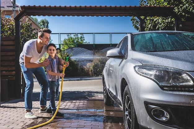 Der vater und der sohn waschen das auto
