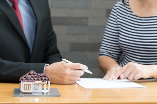 Der verkäufer empfahl den kunden den kaufprozess für eigenheime