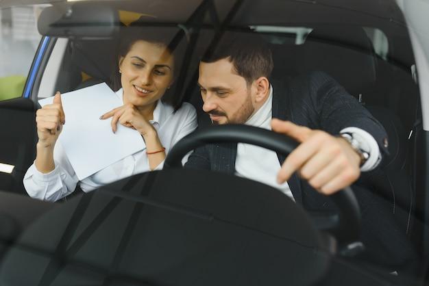 Der verkäufer und der käufer in der auto show