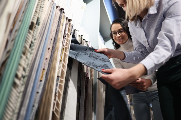 Der verkäufer zeigt dem kunden stoffmuster. auswahl des textilmusterkonzepts