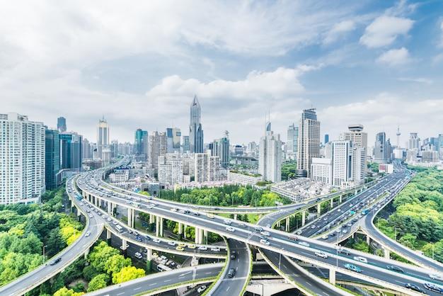Der verkehrsknotenpunkt des viadukts und die moderne architektur, shanghai, china.