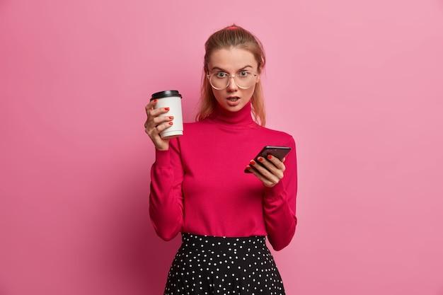 Der verlegen überraschte teenager erhält eine schockierende ankündigung auf dem smartphone