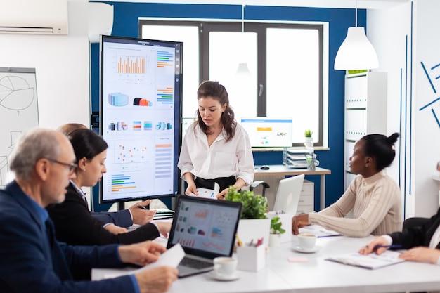 Der verrückte startup-geschäftsführer schreit nervös verschiedene mitarbeiter oder kollegen im briefingroom an