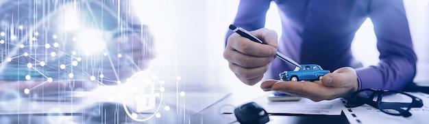 Der versicherungsvertreter unterschreibt ein dokument. kfz-versicherungspolice. kfz-versicherungspolice. formulare für die registrierung des vertrages.