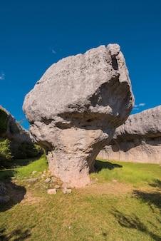 Der verzauberte stadtnaturpark, gruppe crapicious formt kalksteinfelsen in cuenca, spai