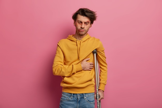 Der verzweifelte mann hat schmerzen in den rippen und leidet nach einem häuslichen unfall an einem bruch