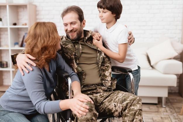 Der veteran im rollstuhl kam von der armee zurück.