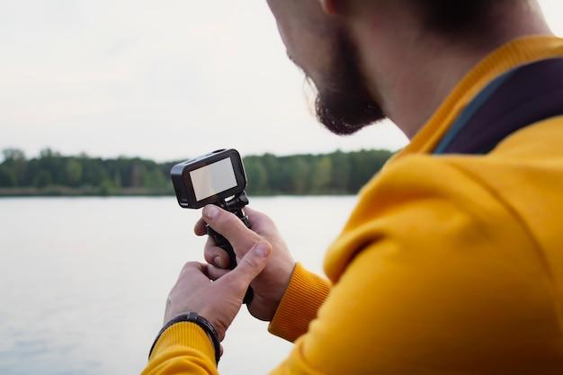 Der videograf dreht ein video über die natur in einem wald