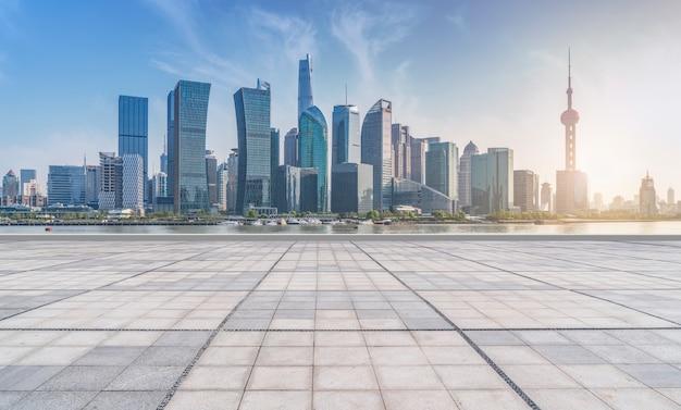 Der vordere platz des modernen bürogebäudes im shanghai financial district,