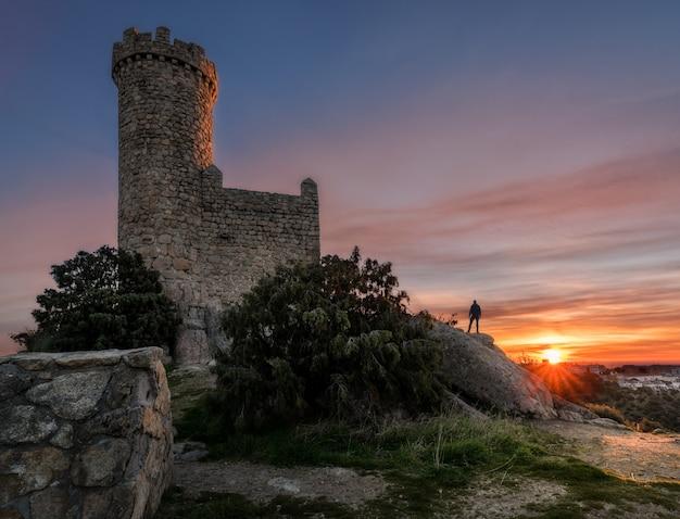 Der wachturm bei sonnenaufgang