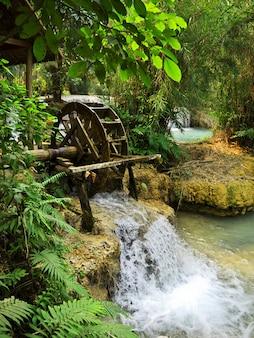 Der wasserfall im dschungel, laos