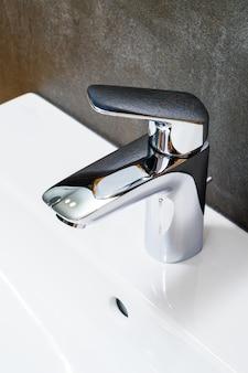 Der wasserhahn für die badezimmernahaufnahme