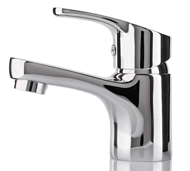 Der wasserhahn, wasserhahn für das bad und die küchenarmatur, isoliert auf einem weiß. verchromtes metall. seitenansicht