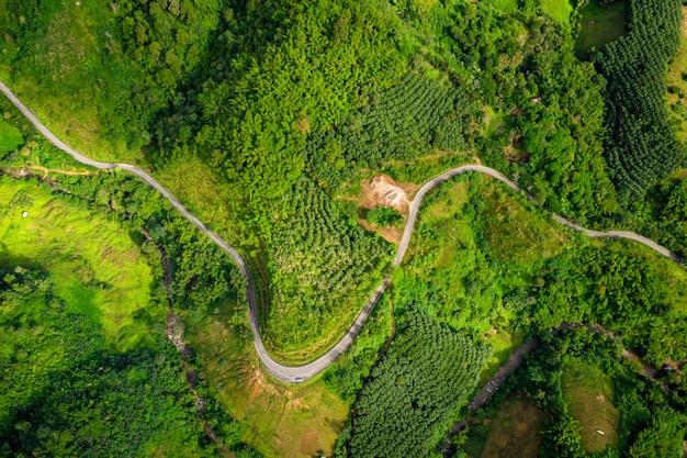 Der weg auf dem berg, der die stadt am chiang rai thailand anschließt