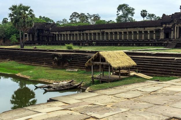 Der weg zum tempel von ankor wat in kambodscha
