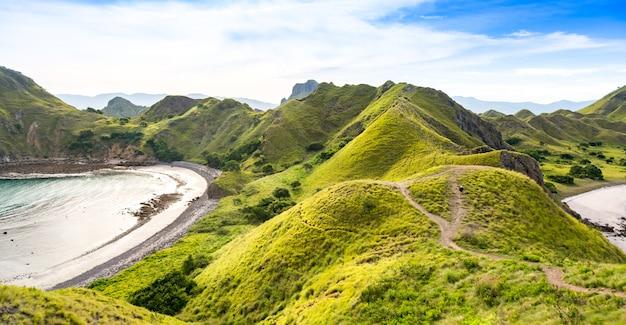 Der weg zur spitze padar-insel vom strand. komodo nationalpark.