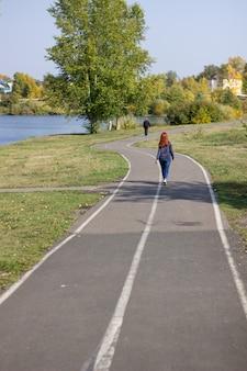 Der weg zur wunderschönen kulisse des parks in der nähe des sees.