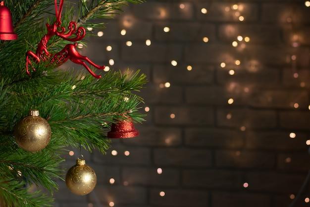 Der weihnachtsbaum ist mit goldenen und roten spielzeugen geschmückt