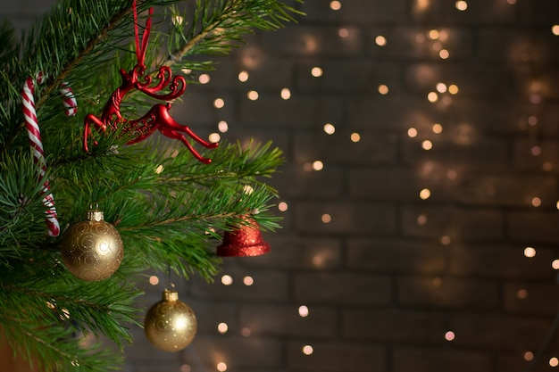 Der weihnachtsbaum ist mit spielzeug geschmückt