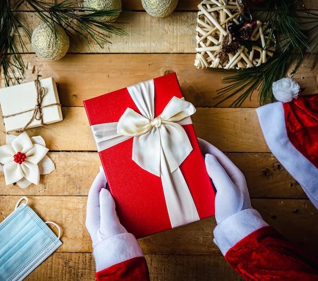 Der weihnachtsmann bereitet die weihnachtsgeschenke vor
