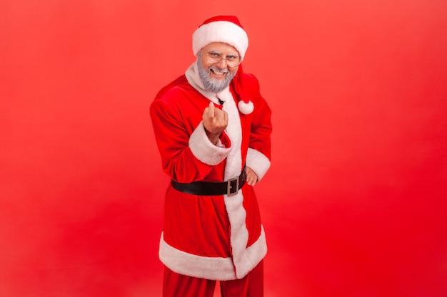 Der weihnachtsmann gestikuliert zu mir, winkt mit dem finger und lädt zu einem vertraulichen gespräch ein.