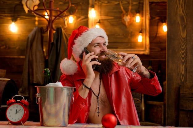 Der weihnachtsmann gratuliert den verwandten zu den feiertagen der weihnachtsmann wünscht frohe weihnachten und einen guten rutsch ins neue jahr...