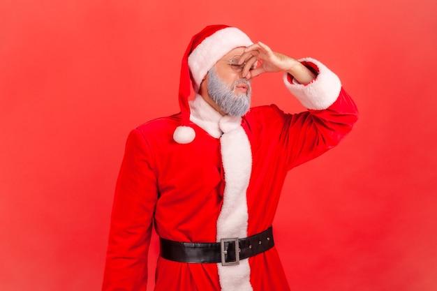 Der weihnachtsmann hat einen schrecklichen schlechten geruch, hält die finger auf der nase, ekelhafter ausdruck.