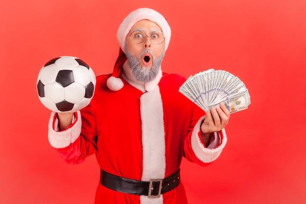 Der weihnachtsmann ist schockiert, eine große summe von dollar zu gewinnen, wetten.