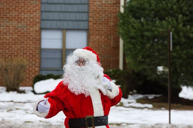 Der weihnachtsmann kommt am heiligabend ins haus, wenn er eine tüte mit geschenken trägt