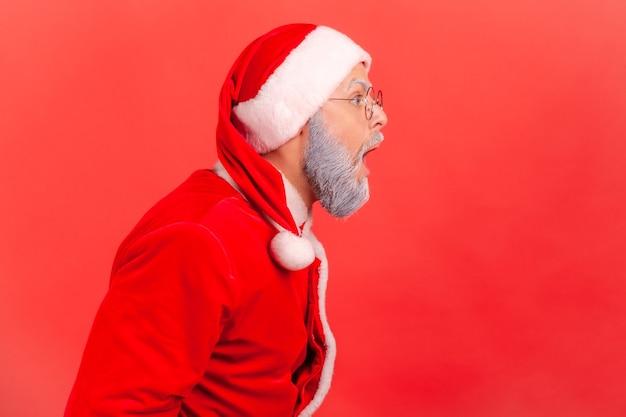 Der weihnachtsmann schaut mit geöffnetem mund nach vorne und hört schockierende neuigkeiten.