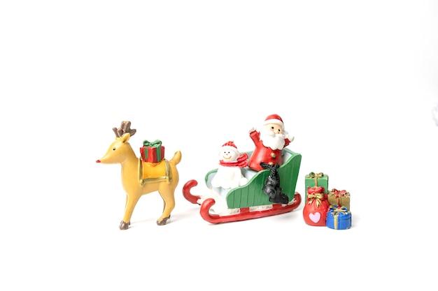 Der weihnachtsmann und der bär saßen auf einem schlitten und warteten mit geschenken auf das fest des glücks