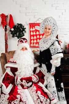 Der weihnachtsmann und seine frau posieren
