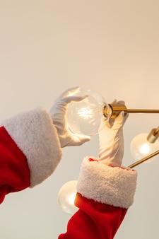 Der weihnachtsmann wechselt eine glühbirne