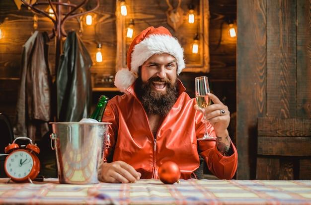 Der weihnachtsmann wünscht frohe weihnachten und einen guten rutsch ins neue jahr.