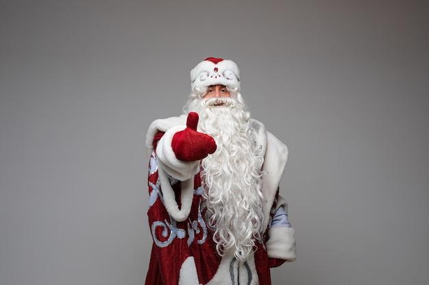 Der weihnachtsmann zeigt den daumen nach oben