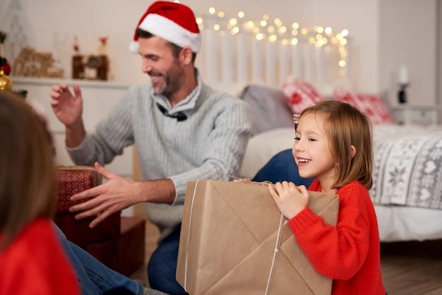 Der weihnachtsmorgen ist voller geschenke