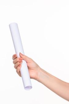 Der weiße zylinder der requisiten in den weiblichen händen auf weißem hintergrund mit rechtem schatten