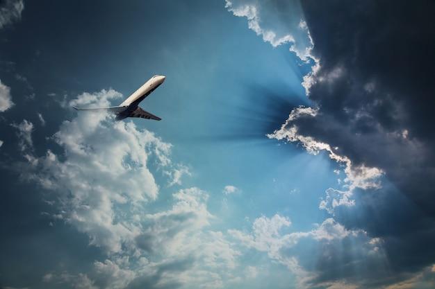 Der weite blaue himmel und der wolkenhimmel