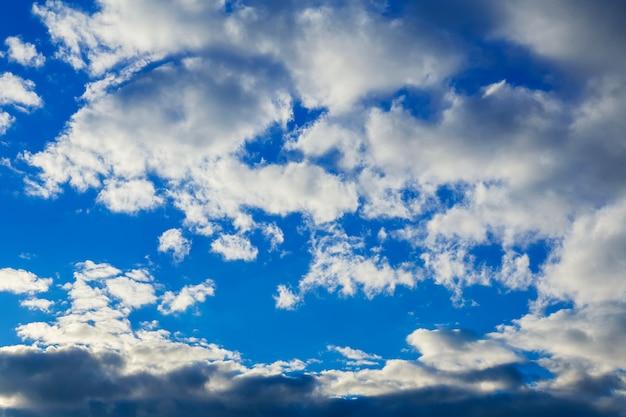 Der weite himmel mit blauem himmel und wolken