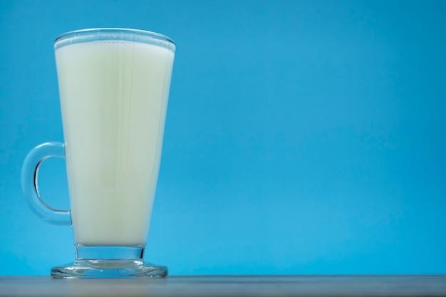 Der weltmilchtag ist geeignet, den weltmilchtag am 1. juni zu feiern. ein glas milch. flaches design. ansicht von oben.happy milk day!