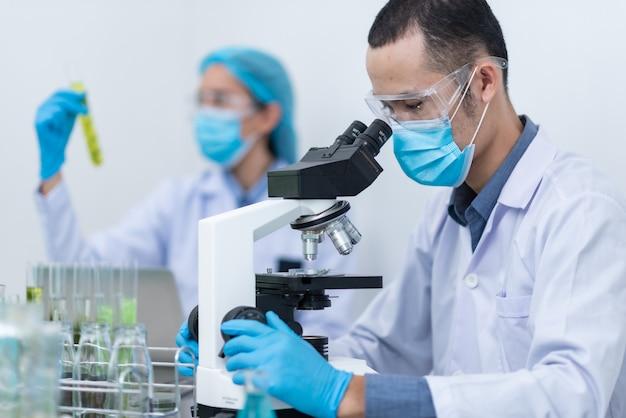 Der wissenschaftler, doktor, stellt alternative kräutermedizin her