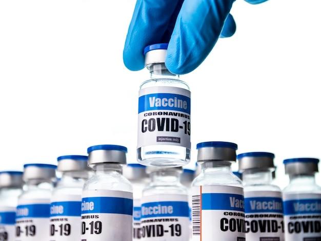 Der wissenschaftler hält im labor ein glasfläschchen für den covid-19-impfstoff in der hand