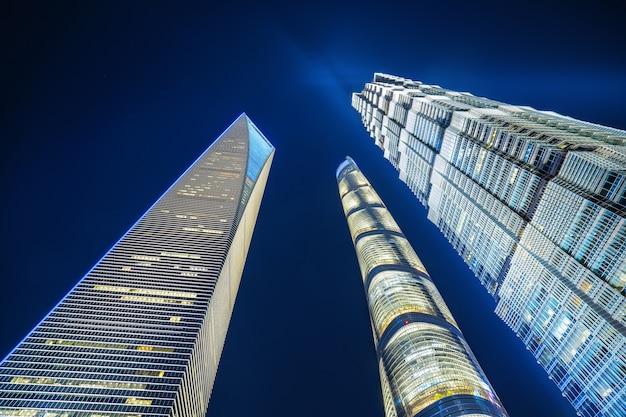 Der wolkenkratzer befindet sich in shanghai, china