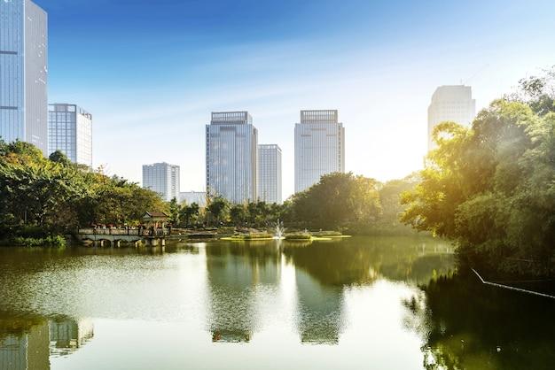 Der wolkenkratzer ist am seeufer des parks, chongqing, china