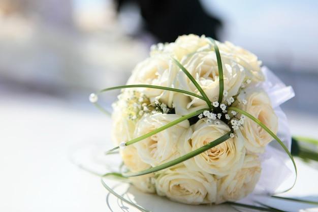 Der wunderschöne brautstrauß aus hellbeigen rosen