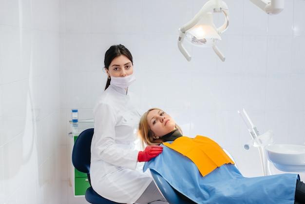 Der zahnarzt führt eine untersuchung und beratung des patienten durch. zahnheilkunde