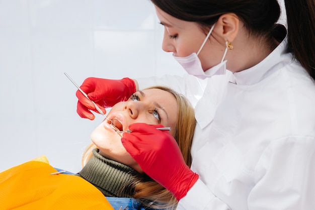 Der zahnarzt führt eine untersuchung und beratung des patienten durch. zahnheilkunde.